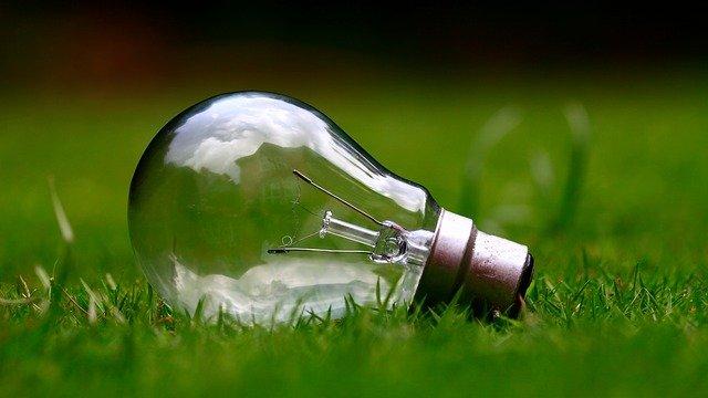 Žárovka na trávníku, distribuční sazba D56d pro zlevněnou elektřinu do tepelných čerpadel