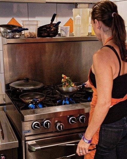 Žena vaří na plynovém sporáku, převod m3 na kWh