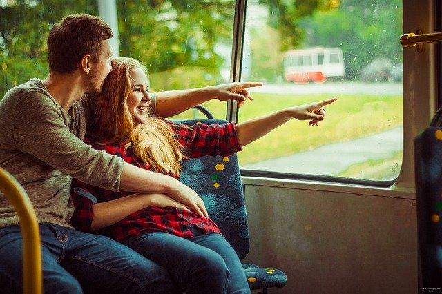Mladý pár v tramvaji, elektřina, energie