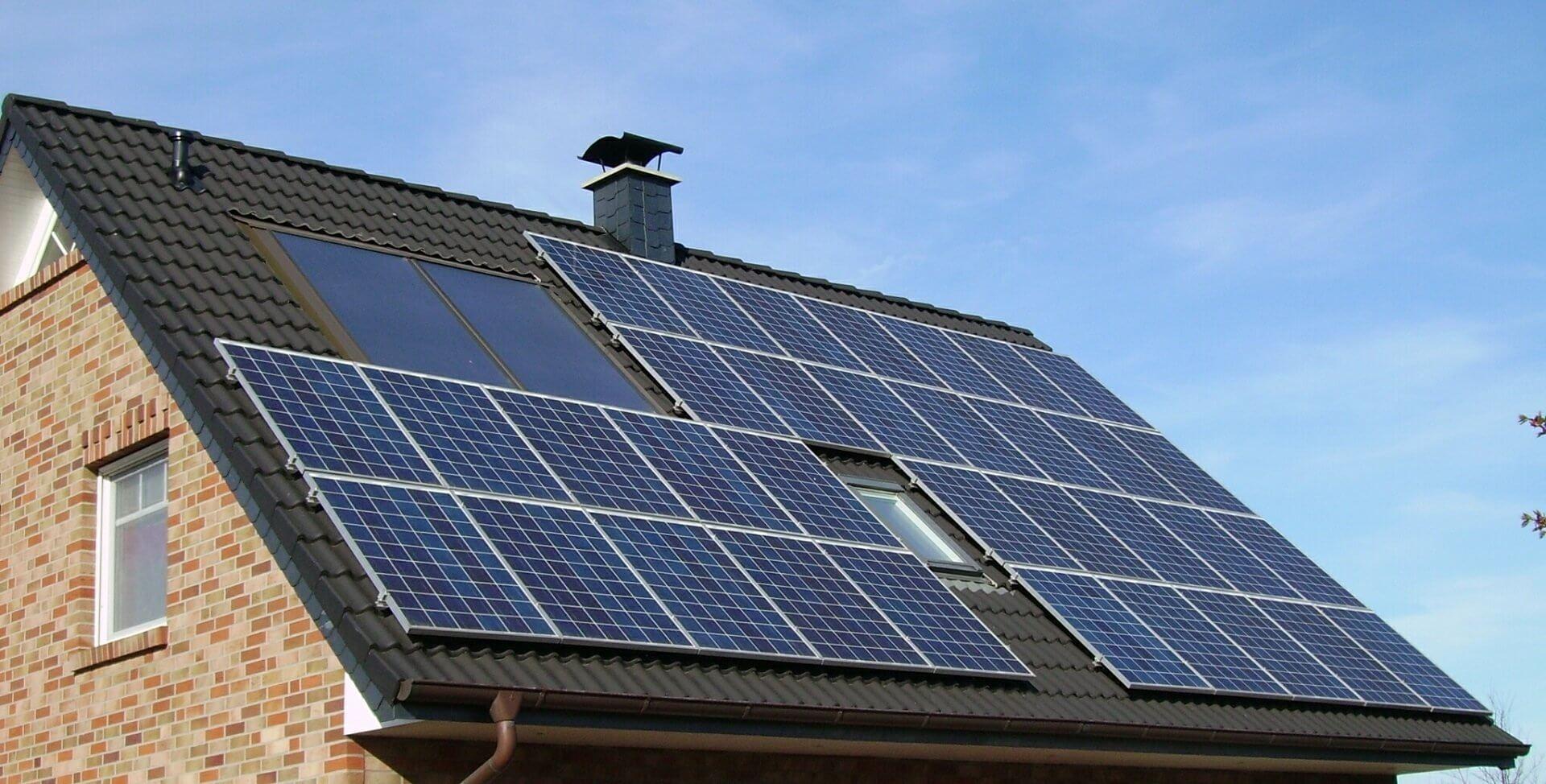 Cena kWh a MWh elektřiny - solární panely na rodinném domě
