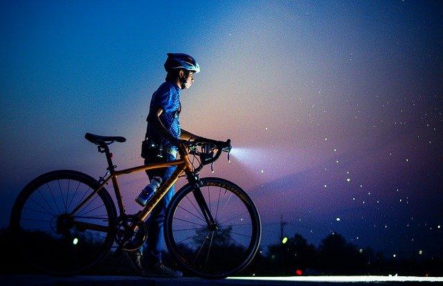 Cyklista svítí, noční proud, nízký tarif