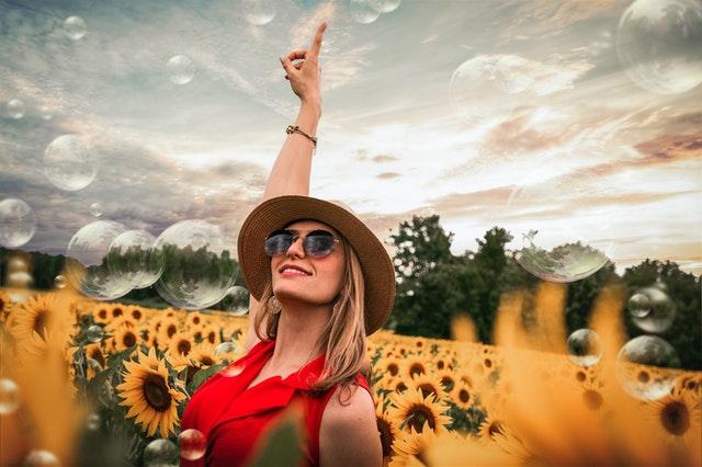 Optimistka mezi slunečnicemi