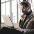 Pohledný muž se překvapeně dívá do notebooku, upomínka, deaktivační poplatek