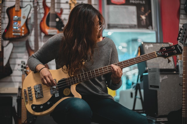 Kytaristka, elektrická kytara, cena distribuce elektřiny