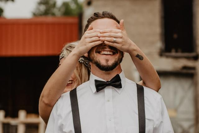 Žena zakrývá oči muži, překvapení, E.ON - plyn