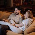 Manželé u televize, průměrná spotřeba elektřiny v domácnosti
