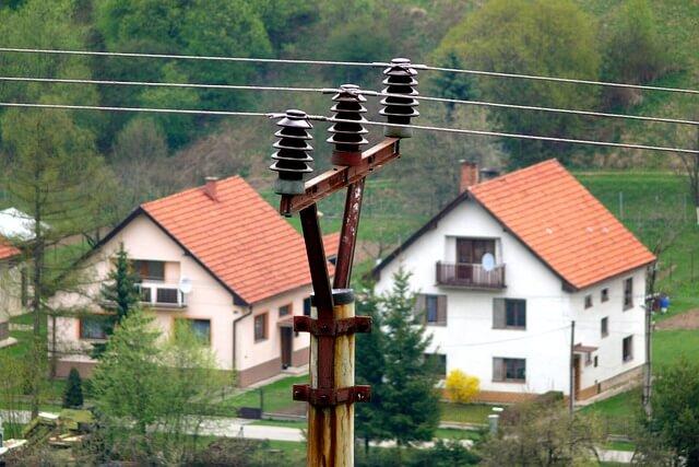 Elektrické vedení, domy, distribuční poplatky za elektřinu v roce 2021