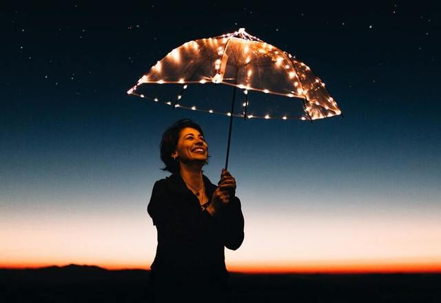 Žena se svítícím deštníkem