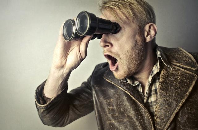 Pozorovatel s dalekohledem