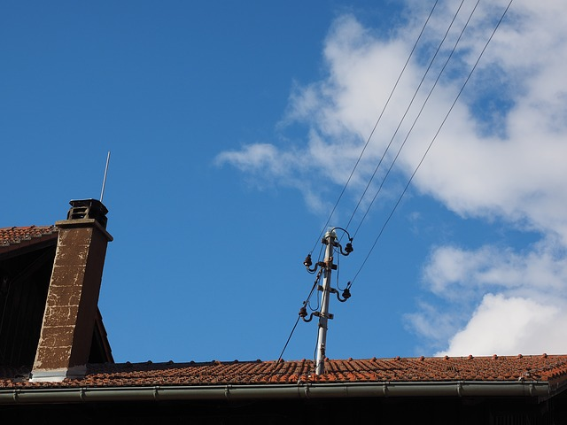 Střecha, elektrické dráty, distribuční poplatky za elektřinu v roce 2020