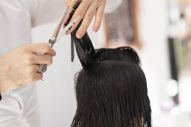 Kadeřník stříhá vlasy, zálohy za energie