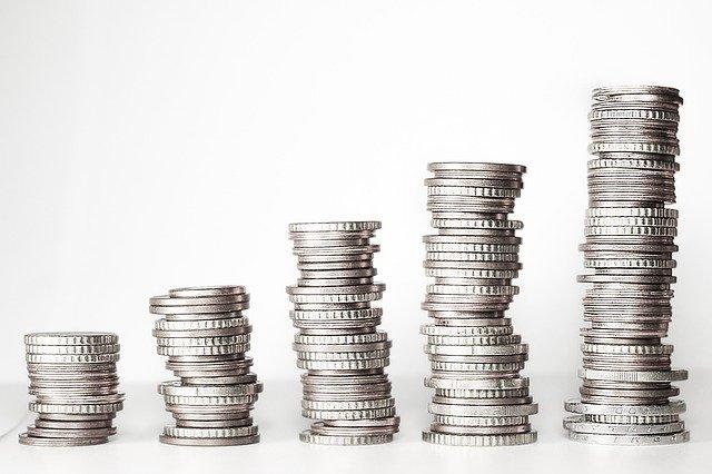 Rostoucí komínky mincí, ČEZ zdražuje elektřinu od 1. 4. 2021