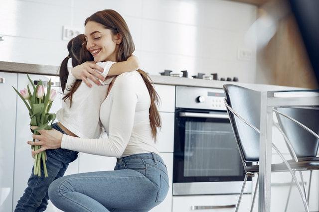 Dcera dává matce kytku, kuchyně, odečet elektroměru a plynoměru (elektřiny a plynu)