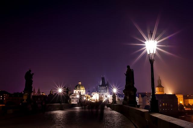 Osvětlený noční Karlův most, Bohemians Energy