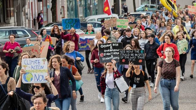 Mladí demonstrují za klima, emisní povolenky, cena elektřiny na rok 2022