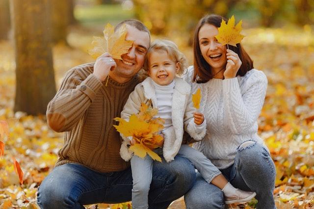 Rodina na podzim, spadané listí, PRE od 1.9.2021 zdražuje elektřinu